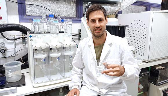 Офир Инбар наслаждается стаканом воды, полученной из воздуха Тель-Авива в лаборатории.